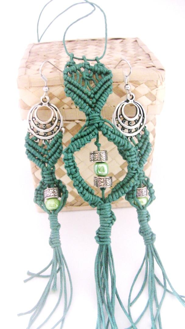 orecchini e collana verdi