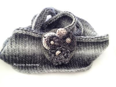 Scalda collo in morbida lana in varie sfumature del grigio,lavorato ai maglia , con spilla . https://www.etsy.com/it/listing/211121183/scalda-collo-lavorato-a-maglia-sfumature?ref=listing-shop-header-2