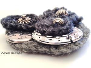Dettaglio spilla crochet con fiori e perline metallo.https://www.etsy.com/it/listing/211135759/spilla-fatta-a-mano-uncinetto-sfumature?ref=listing-shop-header-1