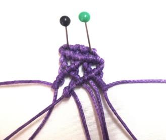 Tendere il quarto filo da sinistra verso sinistra e lavorarci sopra con il terzo filo un nodo cordoncino . Ripetere con il sesto sul quinto.