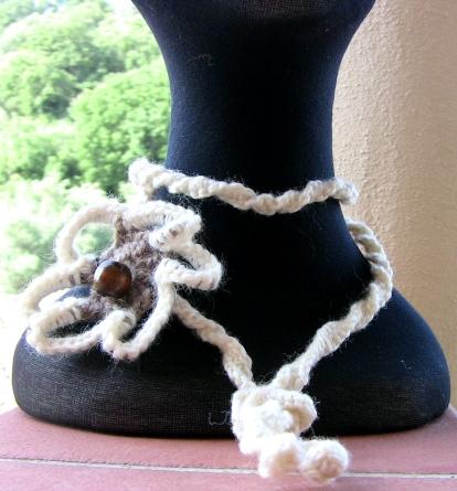 particolare collana crochet con spilla fiore
